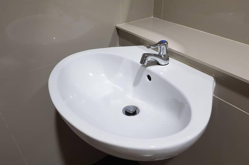 Standardværelse med 2 enkeltsenge - Vask på badeværelset