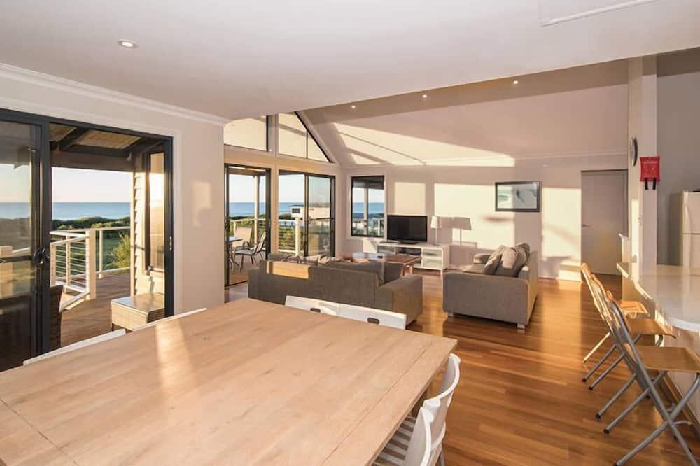 House, 4 Bedrooms - Tempat Makan dalam Bilik