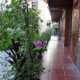Deluxe-Vierbettzimmer, 1 Schlafzimmer, Gartenblick, zum Innenhof hin - Blick vom Balkon