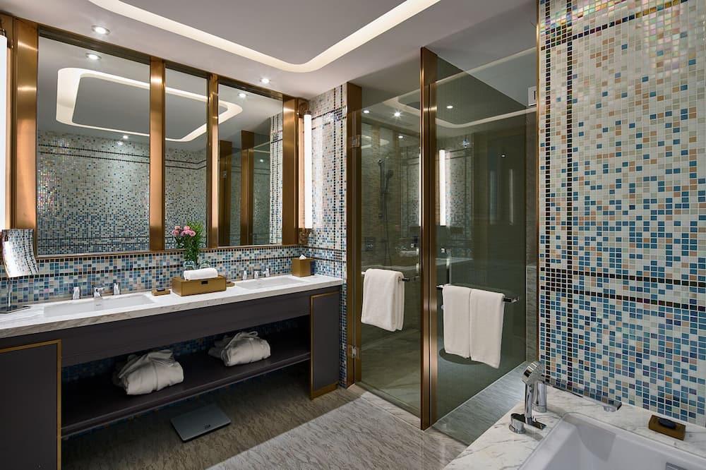 Business Room, 1 King Bed - Bathroom