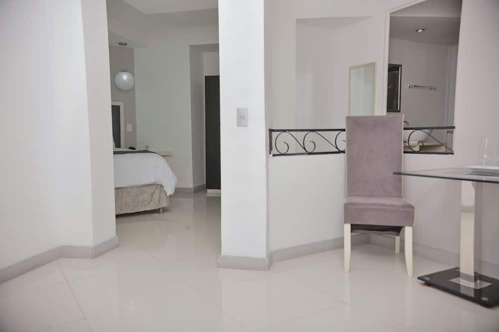 Comfort Studio Suite, 1 Queen Bed, Private Bathroom - Living Area