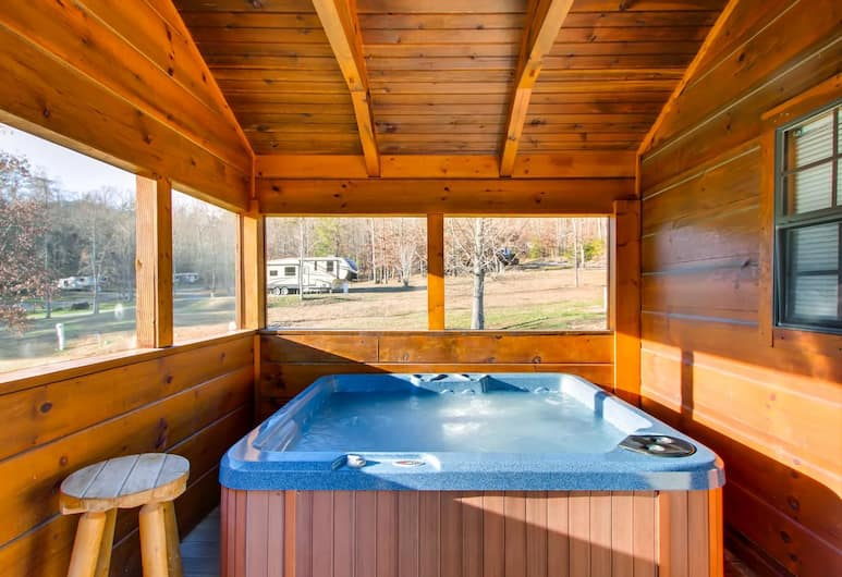 Almost Camping Too by RedAwning, Sevierville, Innen-Whirlpool