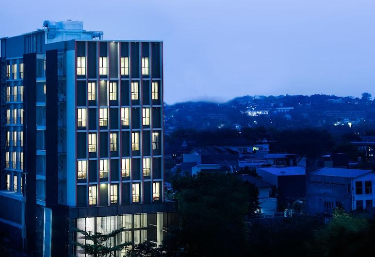 HA-KA Hotel Semarang Managed by Parador, Semarangas, Viešbučio fasadas vakare / naktį