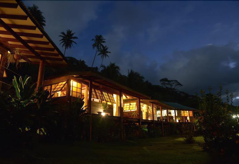 Fare Oviri Lodge, Опоа, Фасад помешкання ввечері
