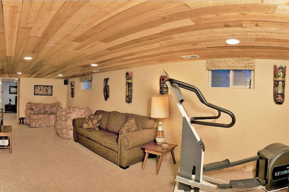 Deluxe House, 4 Bedrooms, Hot Tub, Garden Area - Living Area