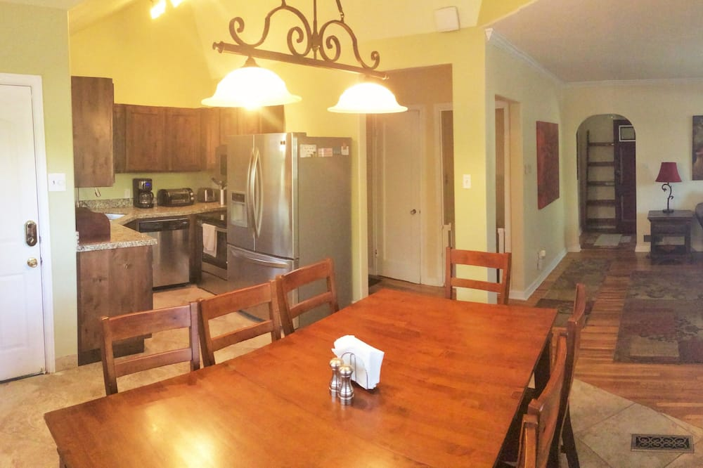 Deluxe House, 5 Bedrooms, Hot Tub, Mountain View - In-Room Dining