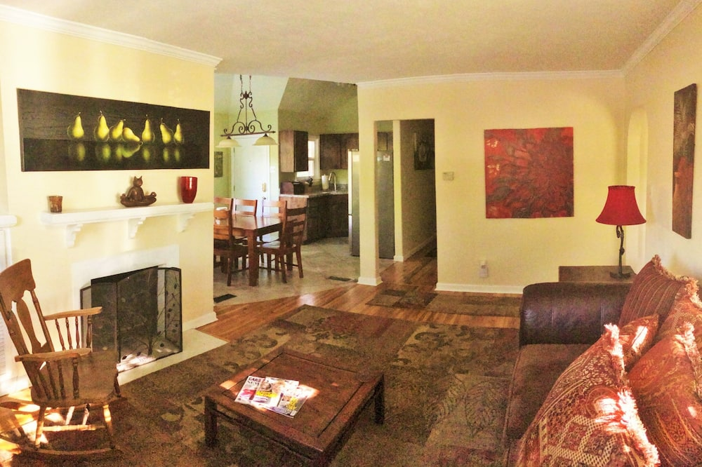 Deluxe House, 5 Bedrooms, Hot Tub, Mountain View - Living Room