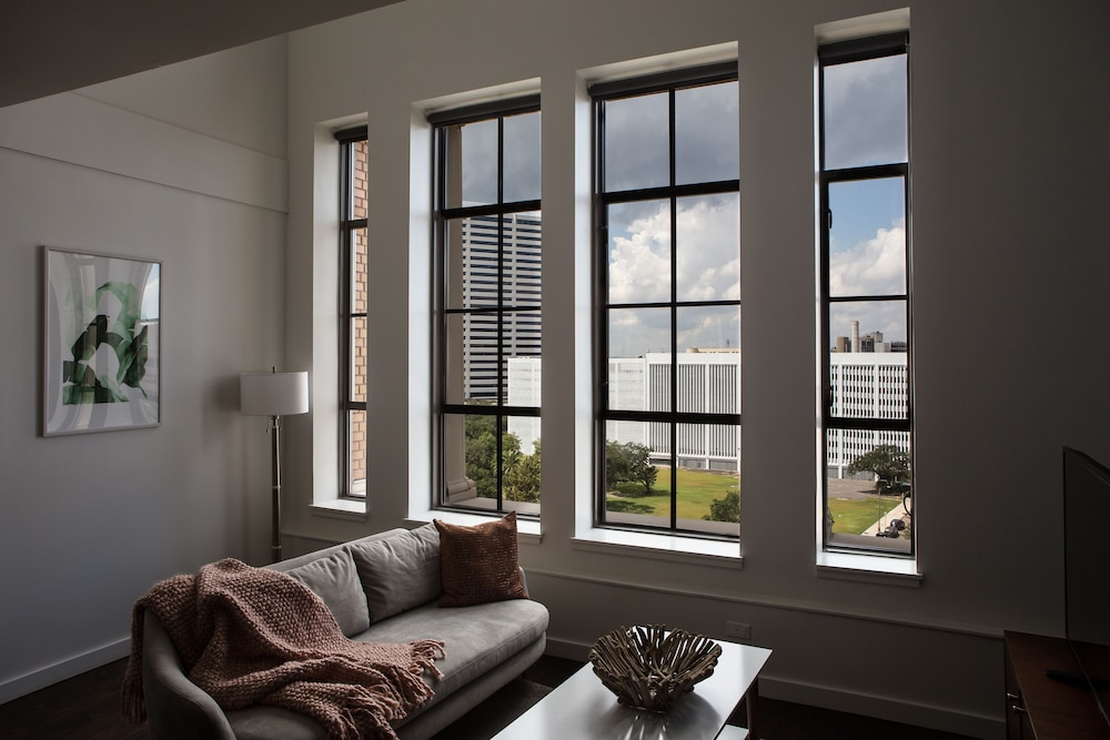 Bright 2BR Luxury Penthouse In C.B.D. By Sonder, New Orleans, Living Area