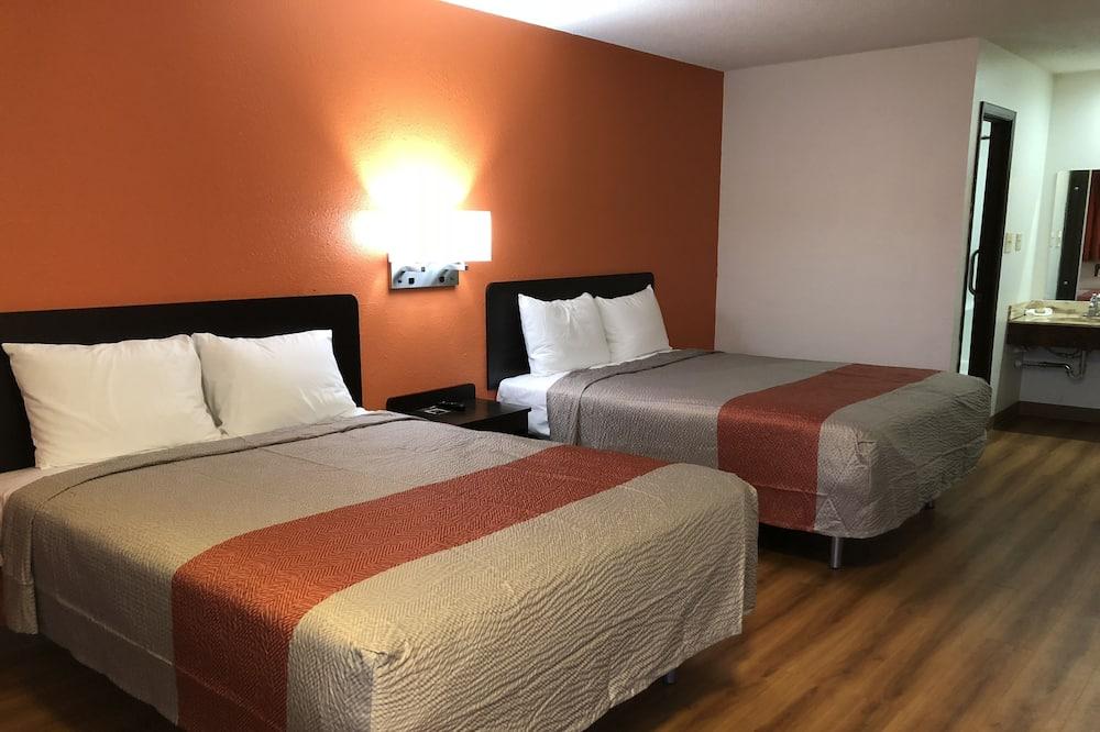 Kambarys su pagrindiniais patogumais, 2 didelės dvigulės lovos, Rūkantiesiems - Svečių kambarys