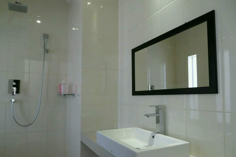 Deluxe Double or Twin Room - Bathroom Sink