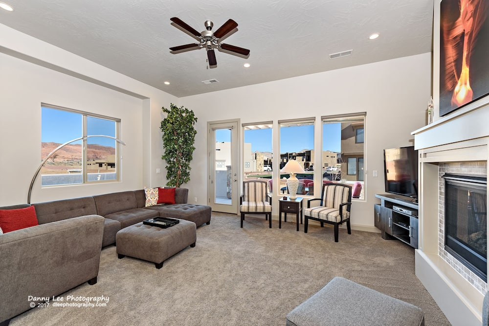 House, Multiple Beds, Mountain View (Red Rock Retreat) - Living Room