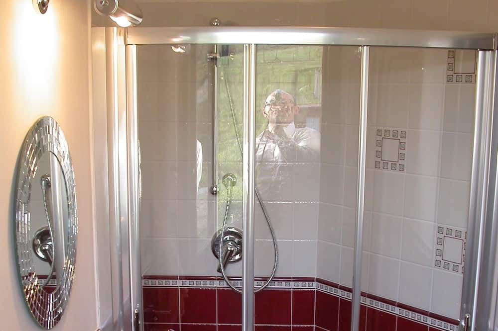 Basic Triple Room, Courtyard View - Bathroom