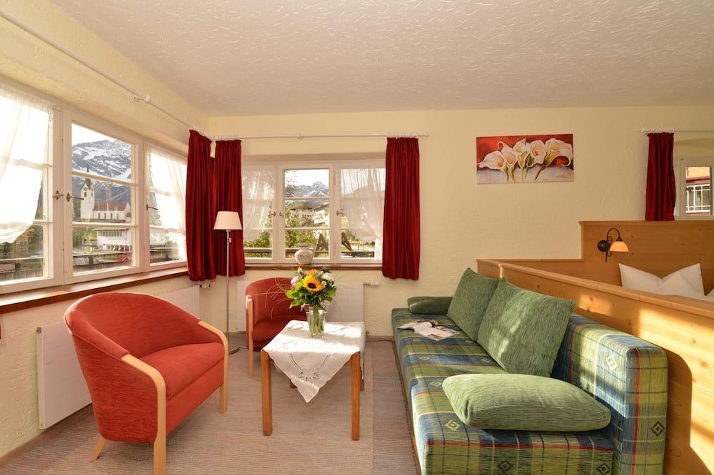 Улучшенный двухместный номер с 1 двуспальной кроватью, балкон, пристройка - Зона гостиной
