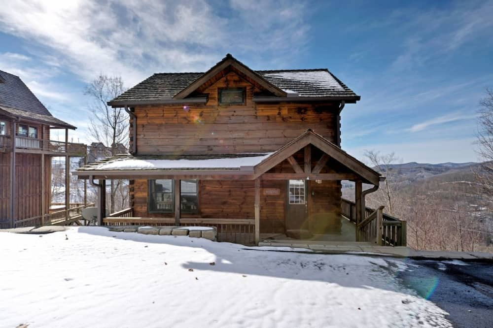 Cabin, 5 Bedrooms - Front of property