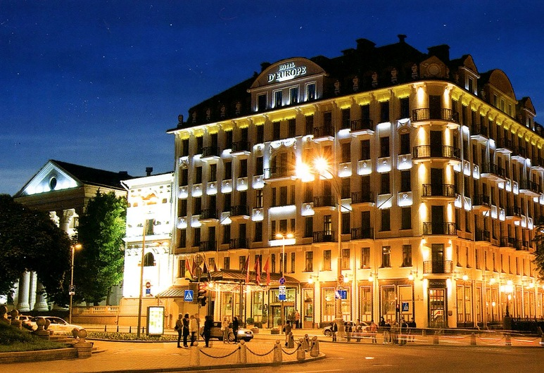 Hotel Europe, Minsk, Hotelfassade am Abend/bei Nacht
