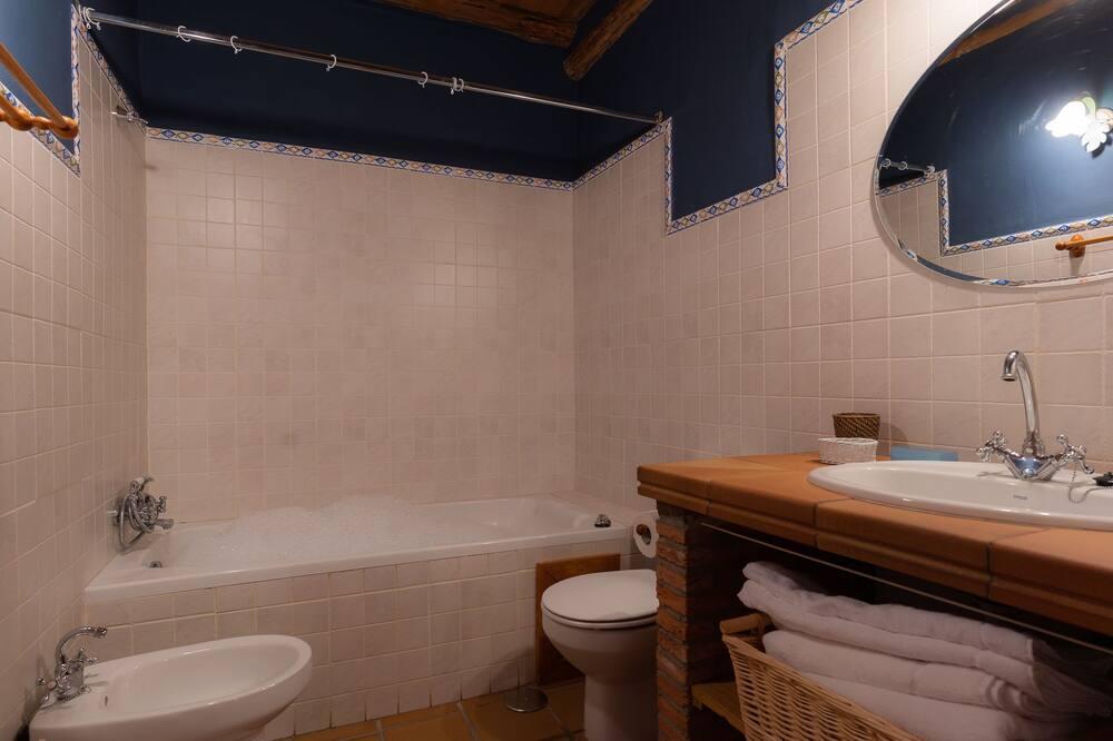 Апартаменты, смежные ванная комната и спальня - Ванная комната