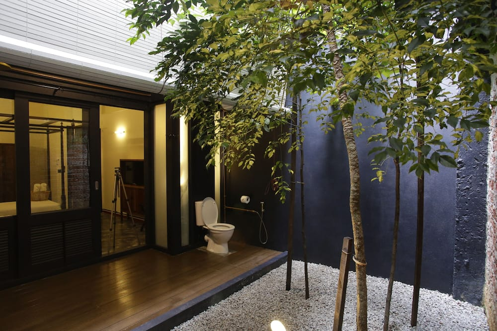 Deluxe Twin Room, 2 Twin Beds, Patio - Bathroom