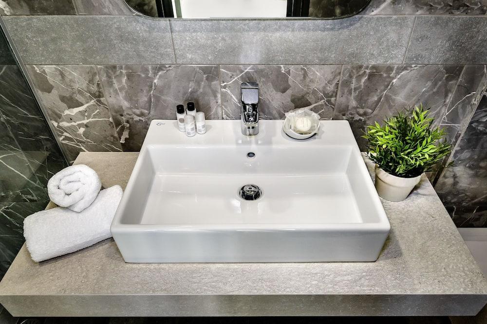 Deluxe Suite, 1 Queen Bed with Sofa bed - Bathroom