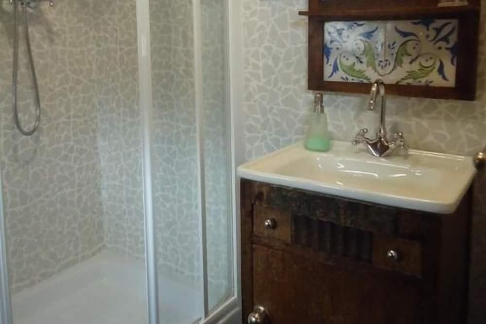 חדר לשלושה, שירותים צמודים - חדר רחצה