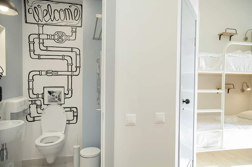 Кровать в 8-местном женском номере - Ванная комната