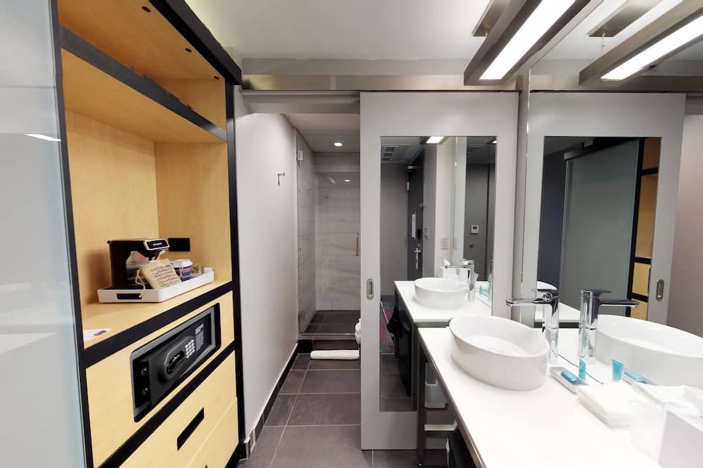 aloft, 1 King Bed, Balcony - Bathroom