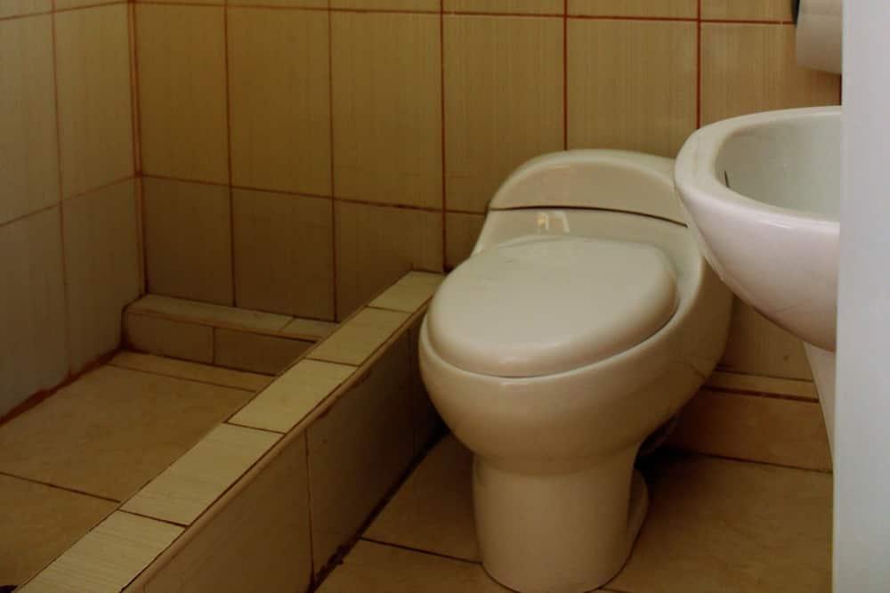 ห้องอีโคโนมีดับเบิล, เตียงใหญ่ 1 เตียง - ห้องน้ำ