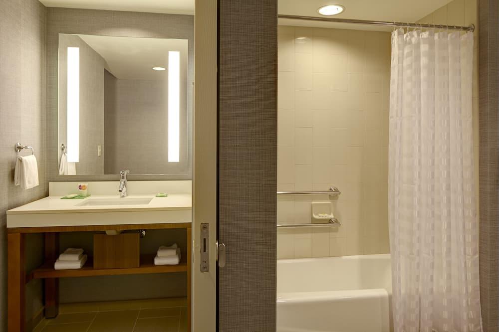 客房, 1 張特大雙人床和 1 張沙發床, 無障礙, 浴缸 - 浴室