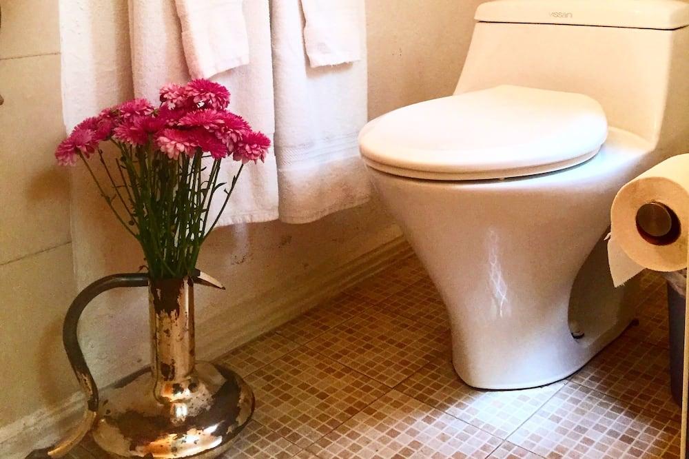 Economy Room, 1 Queen Bed (C6) - Bathroom