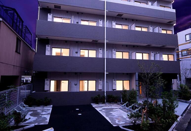 Voga Corte Chidoricho, Tokio, Vista frontal de la propiedad por la noche