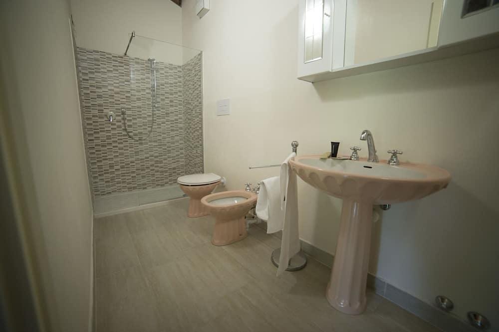 Standard Triple Room, Garden View - Bathroom