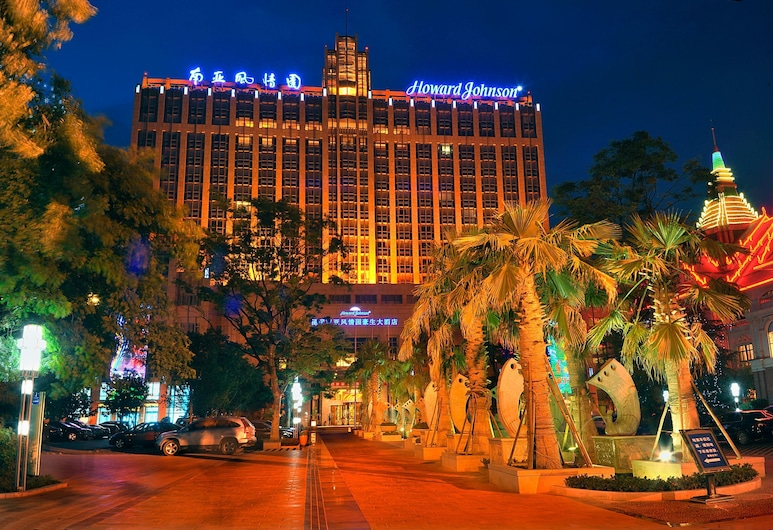 Howard Johnson Tropical Garden Plaza Kunming, Kunming, Voorkant hotel - avond/nacht