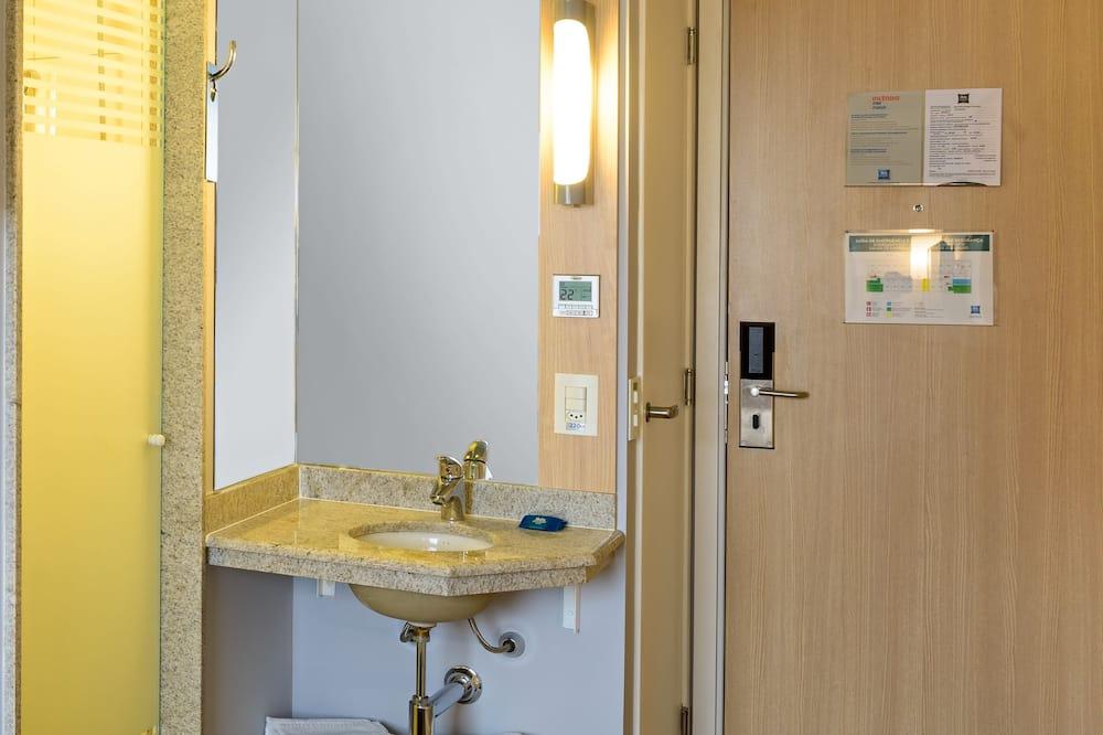 Štandardný apartmán, viacero postelí - Kúpeľňa