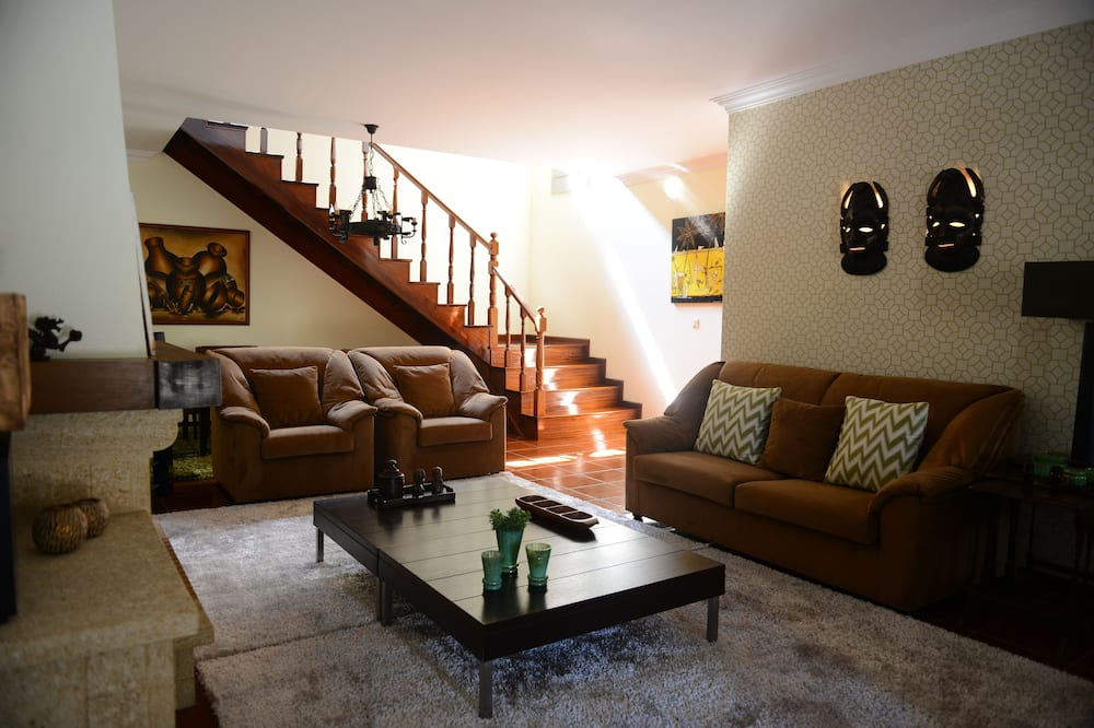 House, 2 Bedrooms, Mountain View - Living Room