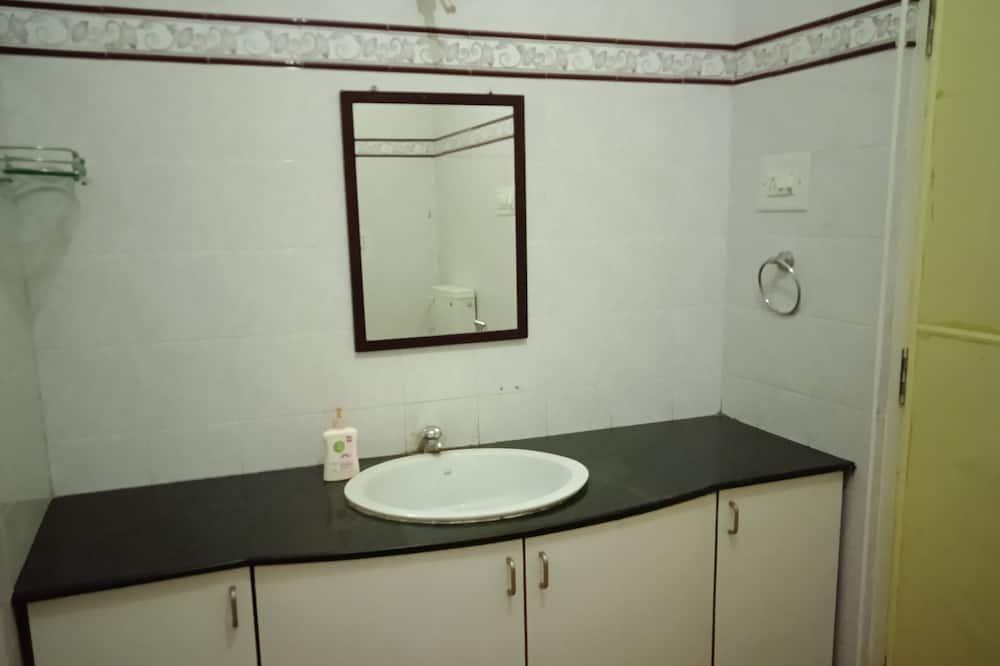 Двухместный бизнес-номер с 1 или 2 кроватями, 2 односпальные кровати, вид на город - Ванная комната