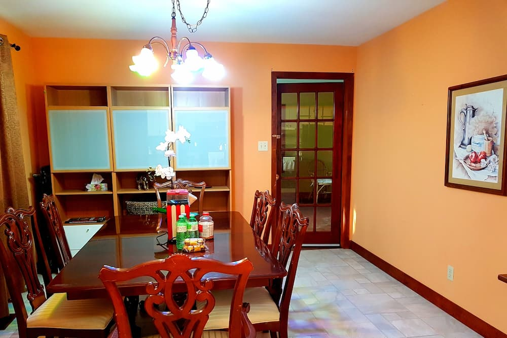 Family Bungalow, 3 Bedrooms, Courtyard View, Courtyard Area - In-Room Dining