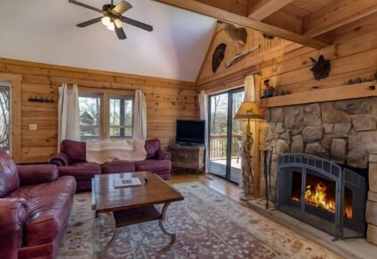 Horseshow Hideaway – Pet Friendly Cabin, 7 Minutes to TIEC, Rutherfordton, Comfort Cabin, 3 Bedrooms, Fireplace, Room