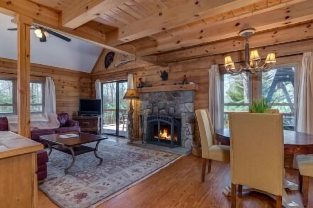 Horseshow Hideaway – Pet Friendly Cabin, 7 Minutes to TIEC