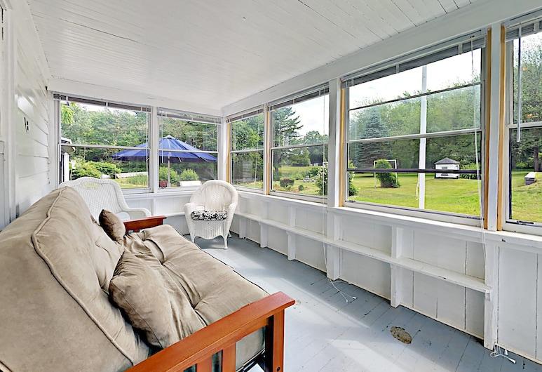121B Portland Ave Cabin - 1 Br cabin by RedAwning, Old Orchard Beach, Casa de campo, 2 habitaciones, Sala de estar
