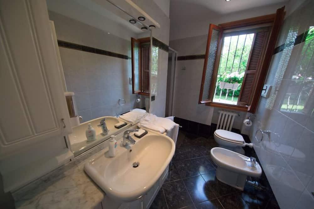 Tweepersoonskamer, Kamers met tussendeur - Badkamer