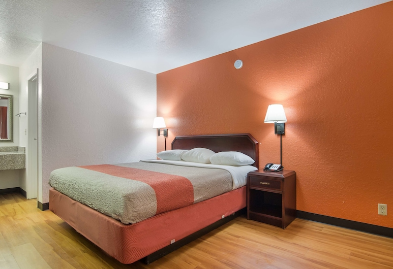 Motel 6 Atlanta, TX, Atlanta, Deluxe Room, 1 King Bed, Non Smoking, Refrigerator & Microwave, Guest Room