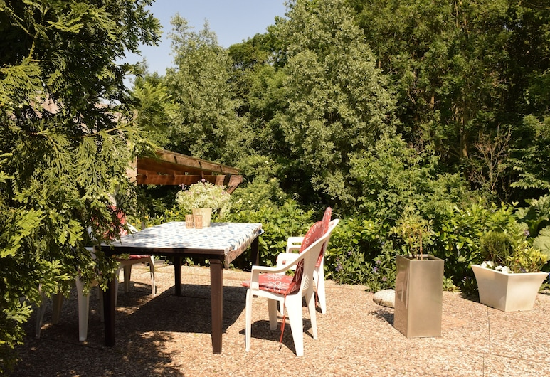 Bright Apartment in a Secluded Location With a View of Nature, Pets Welcome, Toenning, Balcony