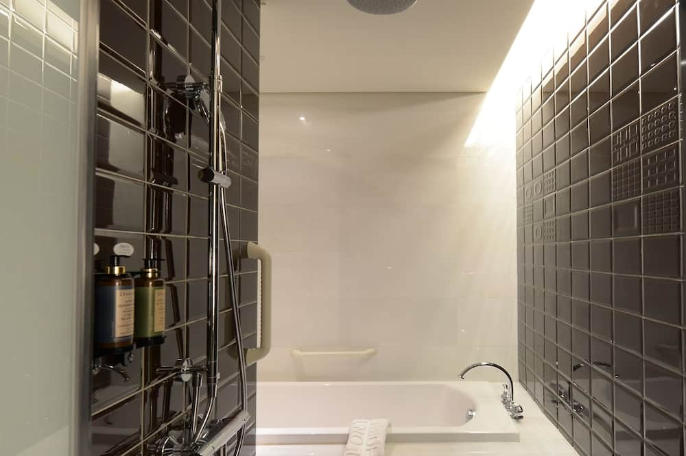 Premium Double Room(No extra bed;Accept 1 child each room:0-2Y stay free;3-12Y NTD1000at front desk) - Bathroom