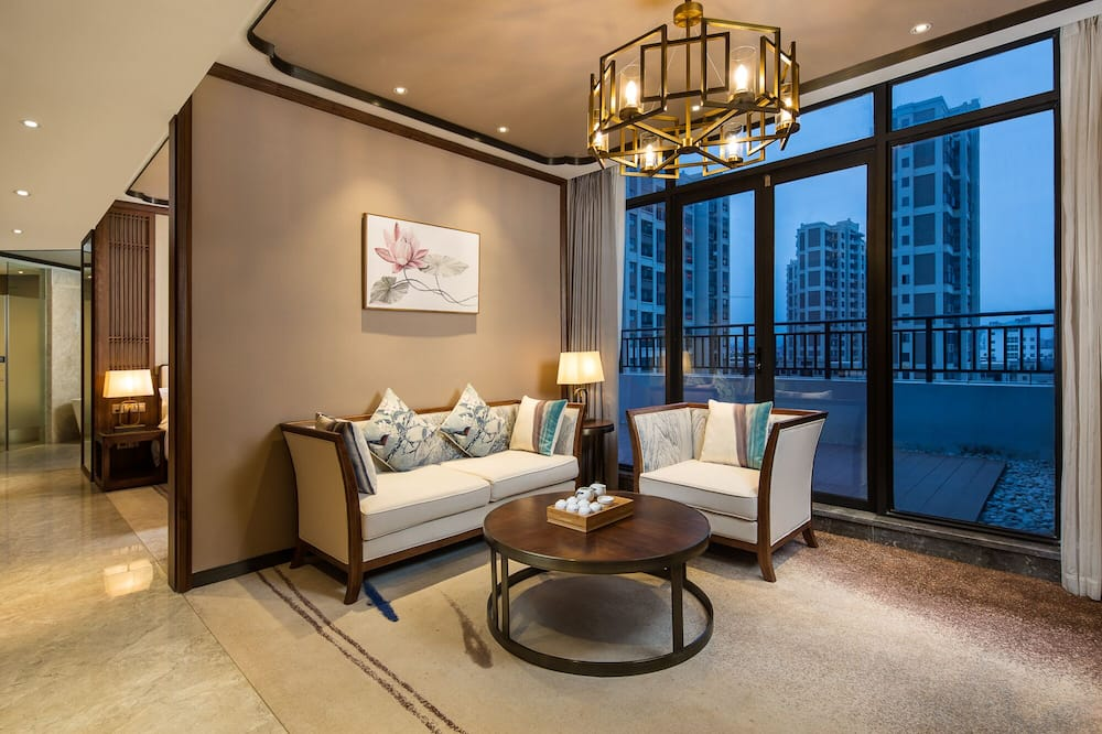 Executive Suite, 1 King Bed, Smoking - Living Area