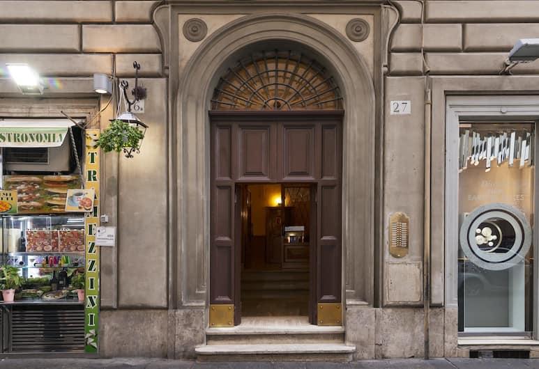 Maison Regina, Rome, Property entrance