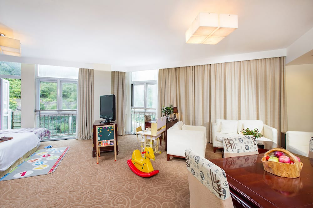 Traditional Family Suite - Living Room