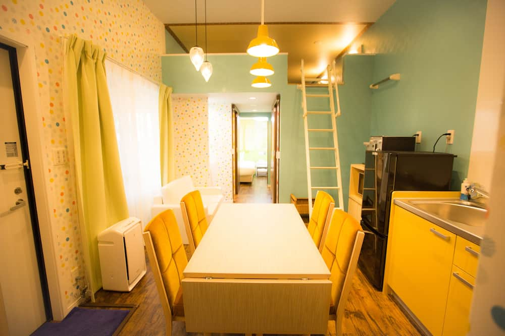 Family Trailer - In-Room Dining