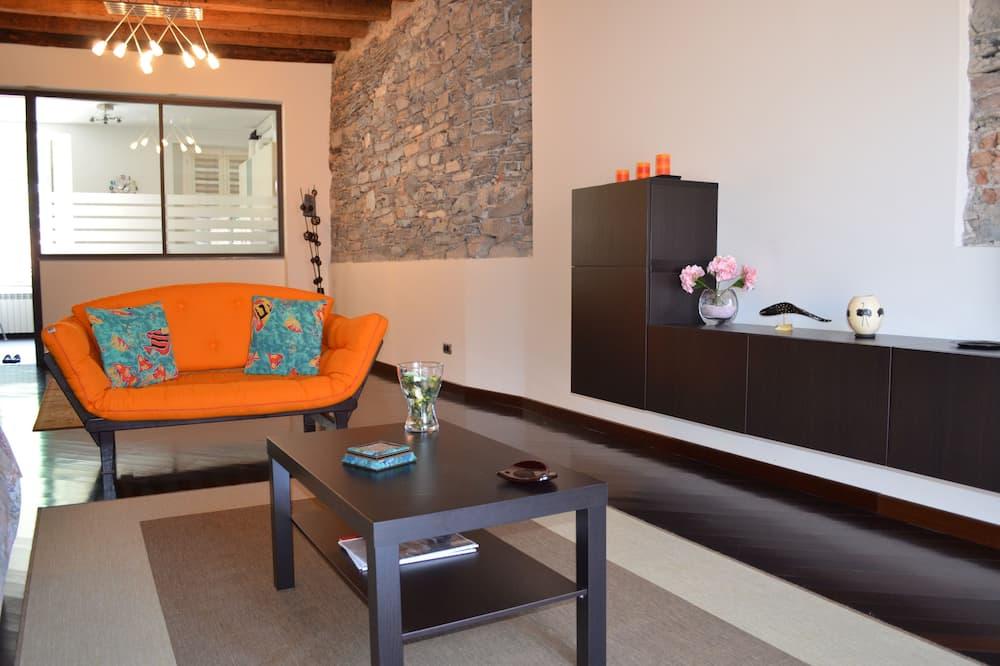 아파트, 침실 2개, 주방, 언덕 전망 - 거실 공간