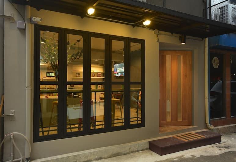 是隆聊天盒青年旅舍, 曼谷, 酒店正面
