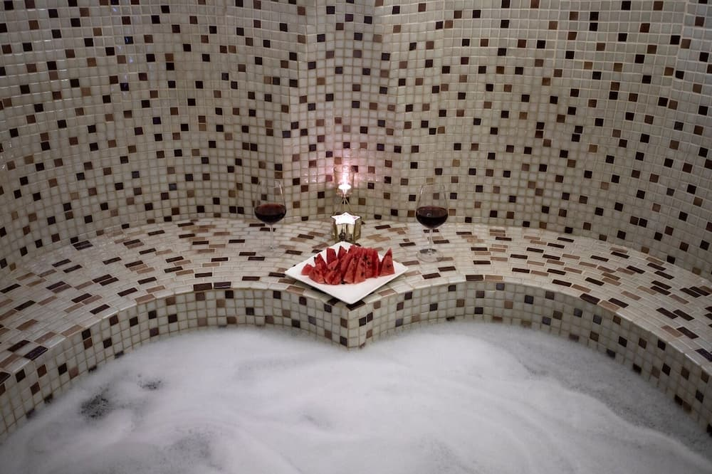 Family Cave Suite  - Private spa tub