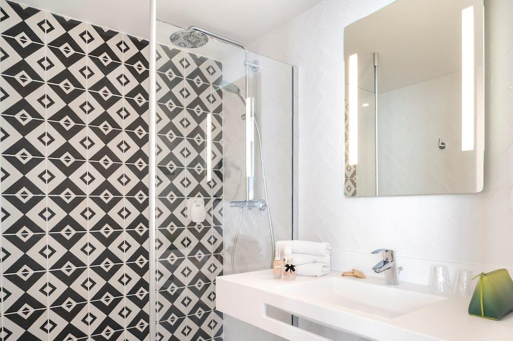Superior Triple Room, Multiple Beds - Bathroom